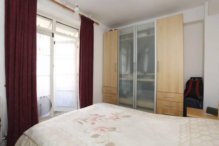 <b>Main Bedroom</b><span class='dims'> 12'9 x 8'6 (3.89 x 2.59m)</span>