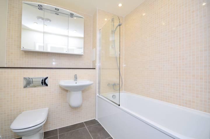 <b>Bathroom</b><span class='dims'> 7'1 x 6'7 (2.16 x 2.01m)</span>