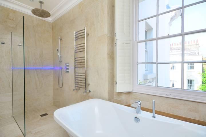 <b>En Suite Bathroom</b><span class='dims'> 13'7 x 8'4 (4.14 x 2.54m)</span>