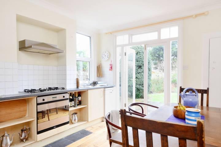<b>Kitchen</b><span class='dims'> 12'7 x 11'5 (3.84 x 3.48m)</span>