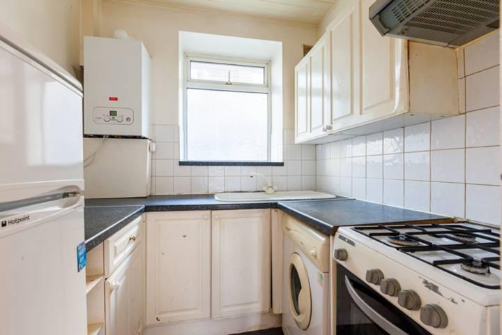 <b>Kitchen</b><span class='dims'> 6'9 x 6'3 (2.06 x 1.91m)</span>