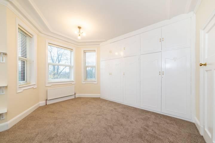 <b>Main Bedroom</b><span class='dims'></span>