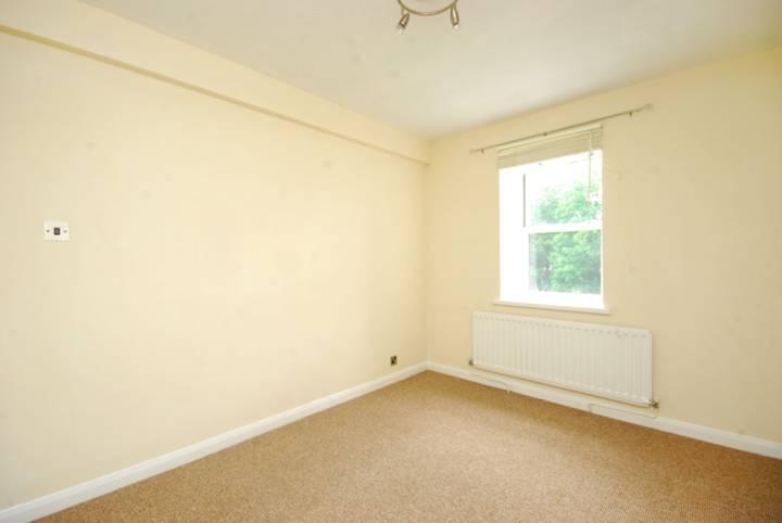 <b>Main Bedroom</b><span class='dims'> 13'10 x 8'8 (4.22 x 2.64m)</span>