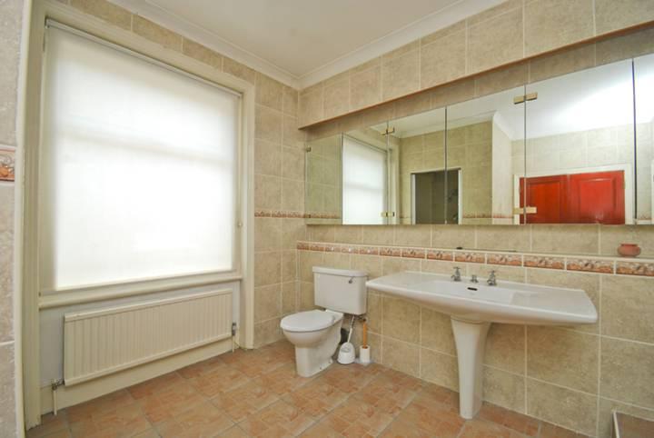 <b>En Suite Bathroom</b><span class='dims'> 14'8 x 12'2 (4.47 x 3.71m)</span>