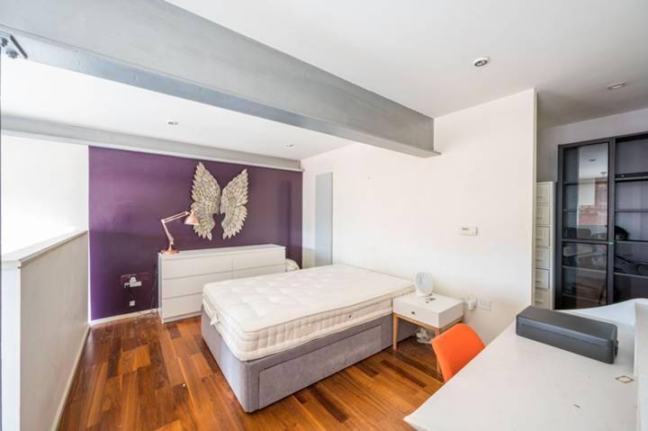 <b>Bedroom</b><span class='dims'> 13'7 x 9'4 (4.14 x 2.84m)</span>