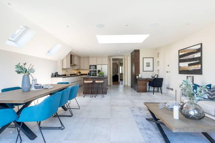 <b>Kitchen/Family Room</b><span class='dims'></span>