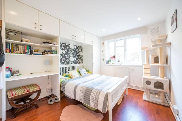<b>Main Bedroom</b><span class='dims'> 14'3 x 9' (4.34 x 2.74m)</span>