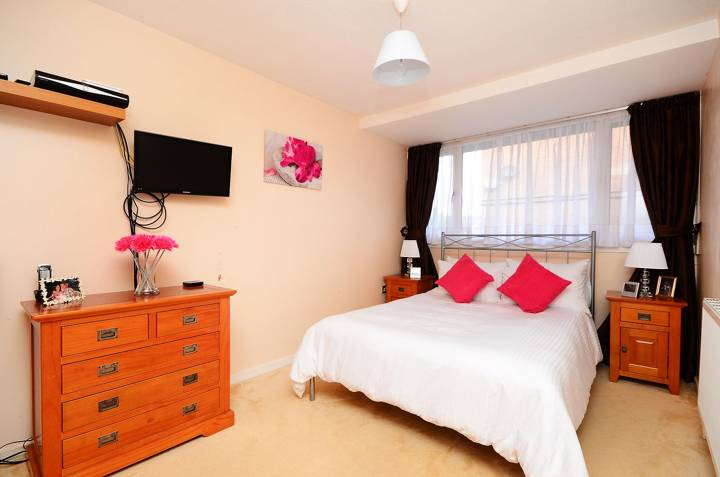 <b>Main Bedroom</b><span class='dims'> 15'4 x 8'7 (4.67 x 2.62m)</span>