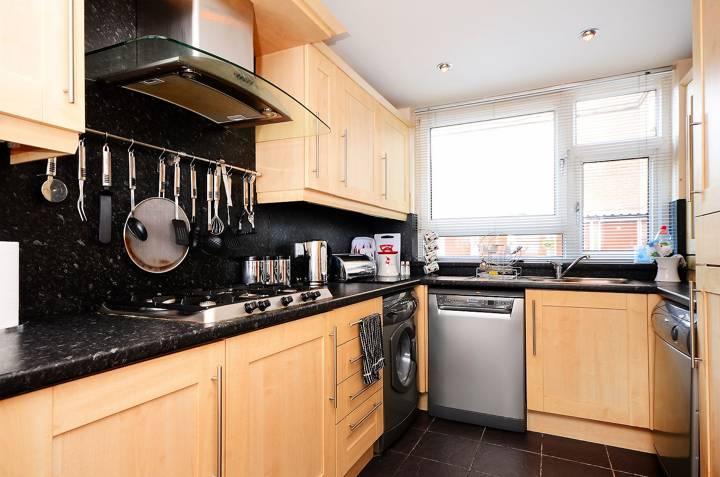 <b>Kitchen</b><span class='dims'> 15'5 x 8' (4.70 x 2.44m)</span>