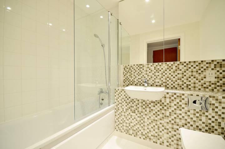 <b>Bathroom</b><span class='dims'> 7' x 5'10 (2.13 x 1.78m)</span>