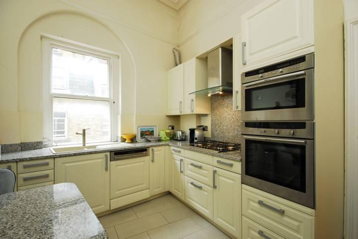 <b>Kitchen</b><span class='dims'> 11'4 x 9'2 (3.45 x 2.79m)</span>