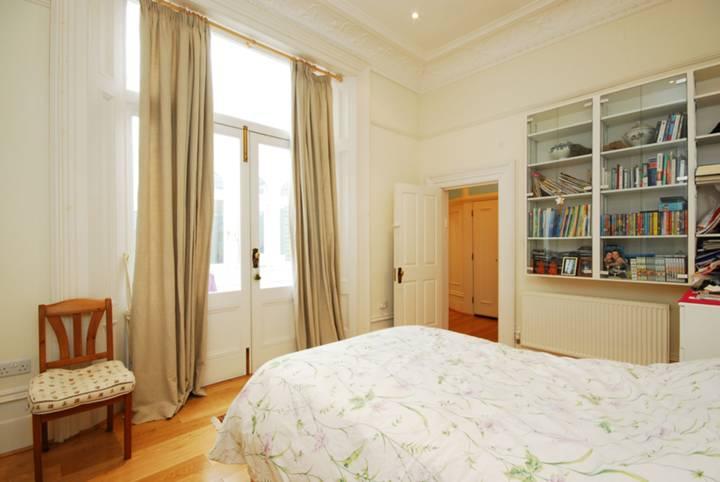 <b>Main Bedroom</b><span class='dims'> 16'1 x 11'3 (4.90 x 3.43m)</span>