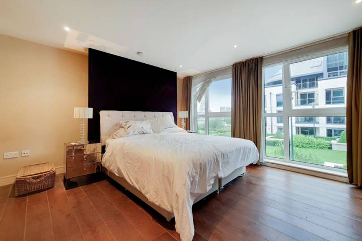 <b>Second Bedroom</b><span class='dims'> 16'8 x 10'11 (5.08 x 3.33m)</span>
