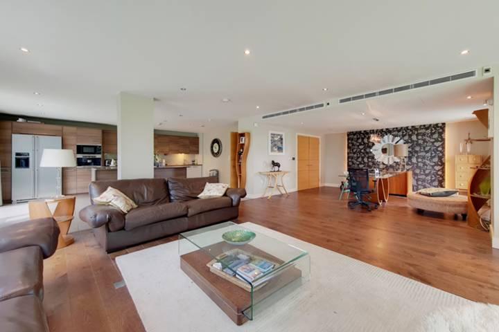 <b>Main Bedroom</b><span class='dims'> 15'5 x 12'11 (4.70 x 3.94m)</span>