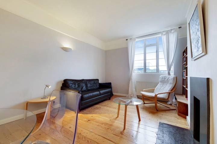 <b>Second Bedroom</b><span class='dims'> 13'3 x 6'3 (4.04 x 1.91m)</span>