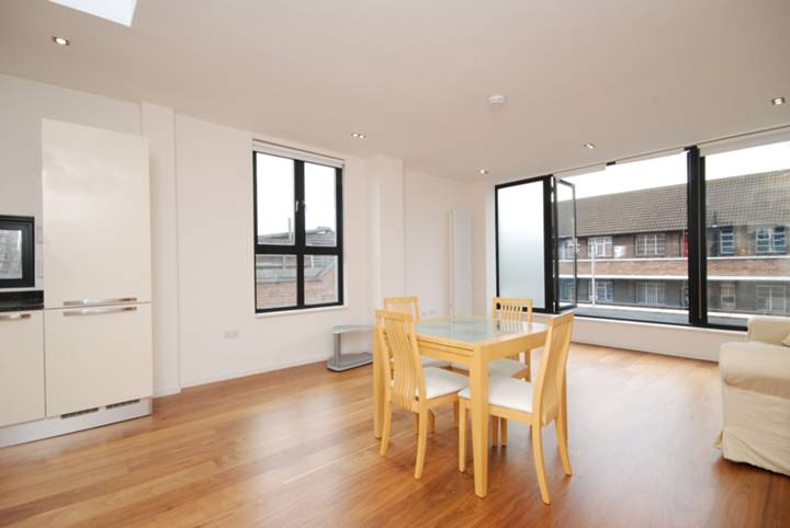 <b>Reception Room/Kitchen</b><span class='dims'> 24 x 15 (7.32 x 4.57m)</span>