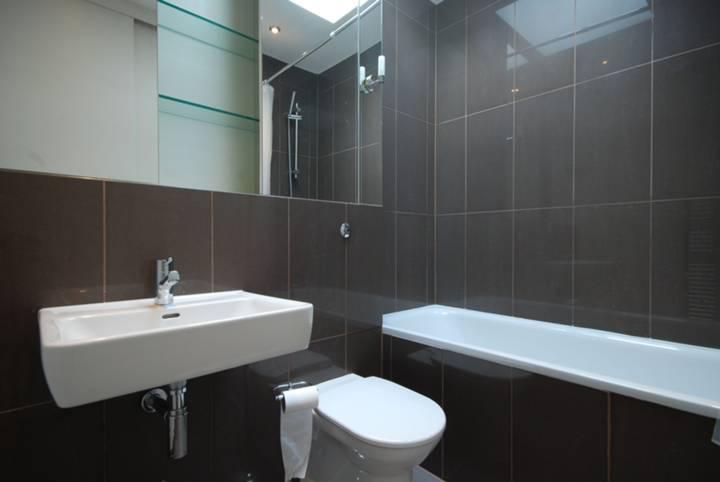 <b>En Suite Bathroom</b><span class='dims'> 8 x 5'9 (2.44 x 1.75m)</span>