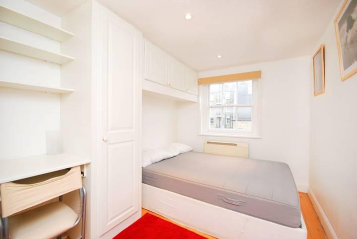 <b>Bedroom</b><span class='dims'> 14'3 x 7'9 (4.34 x 2.36m)</span>