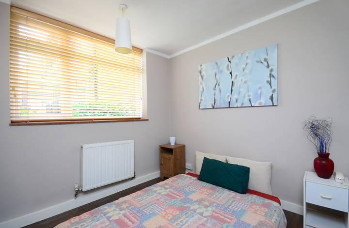 <b>Second Bedroom</b><span class='dims'> 11'9 x 9' (3.58 x 2.74m)</span>